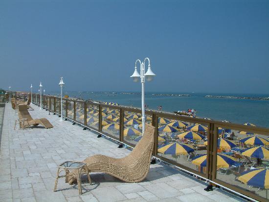 Grand Hotel Azzurra Club: terrazza sul mare