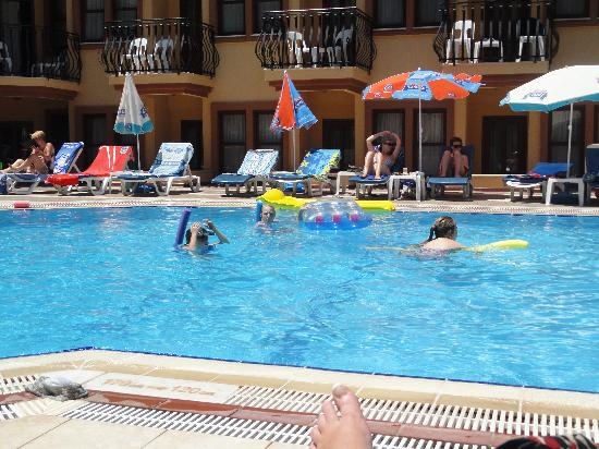 Belcehan Beach Hotel: In the pool