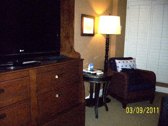 Portola Hotel & Spa at Monterey Bay: Sitting area and TV