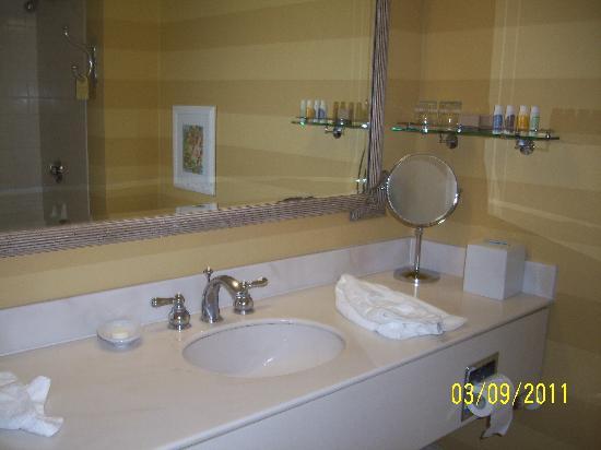 Portola Hotel & Spa at Monterey Bay: Bathroom