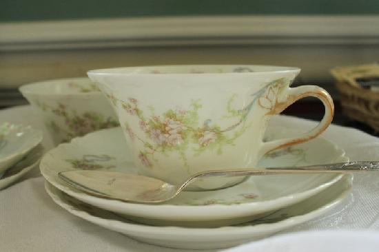 Marble Mansion Inn: tea cups