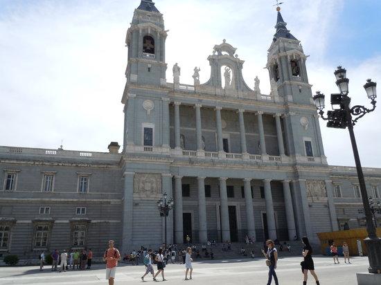 Catedral de Sta Maria la Real de la Almudena: Almudena Cathedral in Madrid
