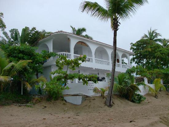 Coconut Palms Inn: hotel from the beach