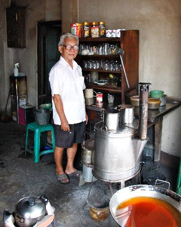 Thai Lee Hotel: The owner in his coffee shop downstairs