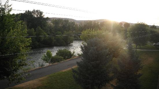 Oxford Suites Yakima: sunrise