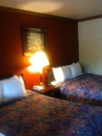 Days Inn Suites Fredericksburg: Room was tastefully decorated.