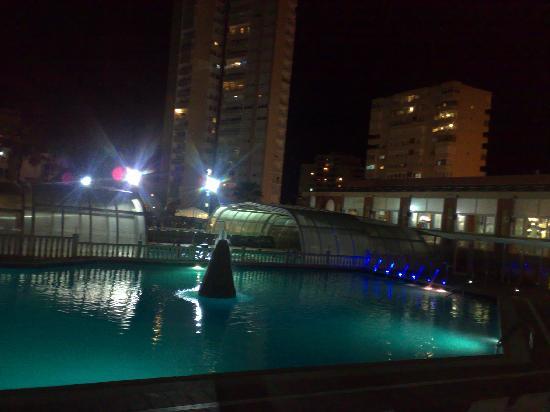 Hotel Entremares: piscina de noche
