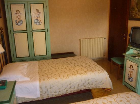 Hotel Sicilia: Blick auf Schrank, rechts die Eingangstüre