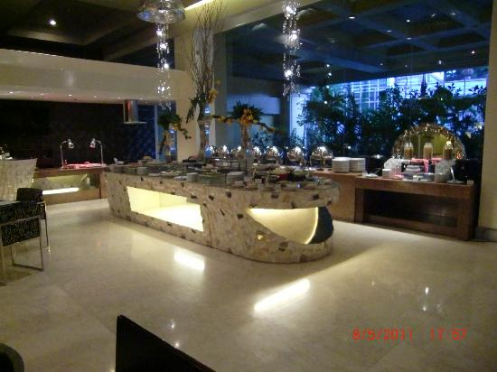 The Royal Mandaya Hotel: restaurant at the lobby