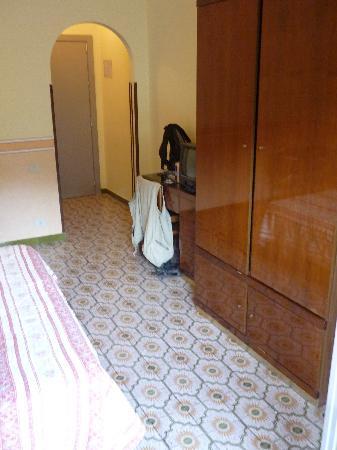Hotel Al Pescatore: Eingang, voluminöser Schrank