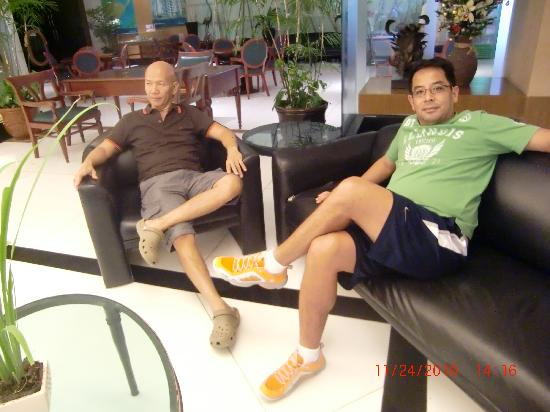 Summit Circle Cebu: with my friends in the lobby