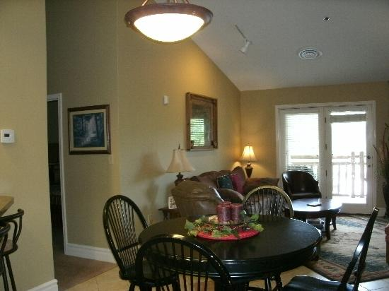 Mountain Vista Luxury Rentals: Unit #509- dining area & living room