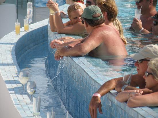 Le Blanc Spa Resort: Hanging with friends at the infinity pool