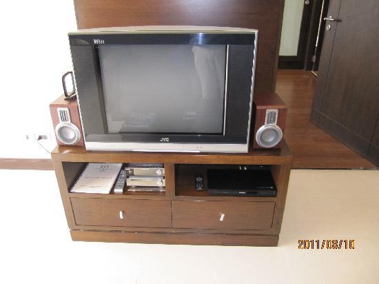 Grand Mercure Bangkok Asoke Residence: このクラスで29型のブラウン管テレビ(部屋が広いので画面が小さい)