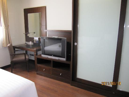 Grand Mercure Bangkok Asoke Residence: 寝室のテレビ