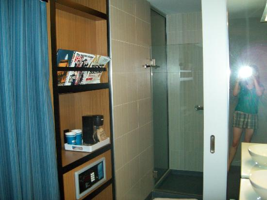 Aloft Milwaukee Downtown: Bathroom/Shower Area