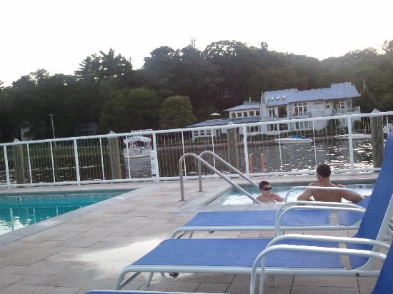 Ship-N-Shore Hotel: Hot tub