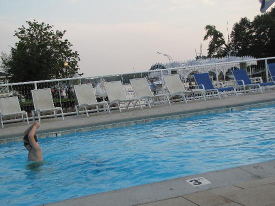 Ship-N-Shore Hotel: Pool