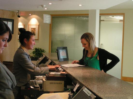 Novotel Auckland Ellerslie Hotel: Courtney checking Catherine into the hotel