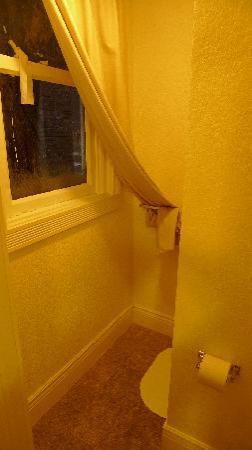 "Orange Village Hostel: The ""truth"" - bathroom"