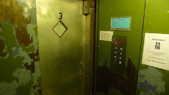 Orange Village Hostel: Elevator