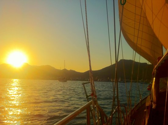 Tudor Dawn Sailing Charters : Sunset during our cruise on the Tudor Dawn.