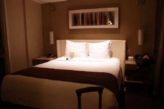 Hotel Felix: queen size bed