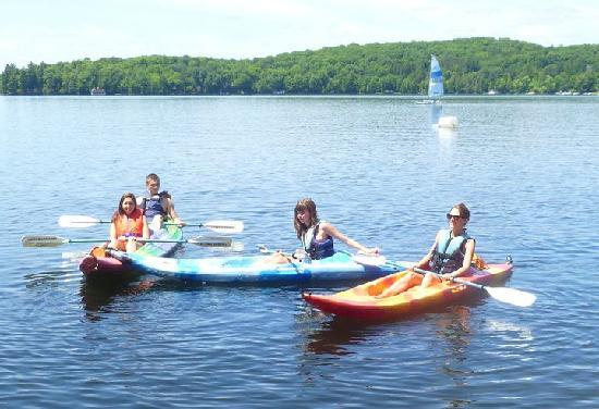 Muskoka District, Canada : The resort is always renting boats and kayaks for your pleasure!