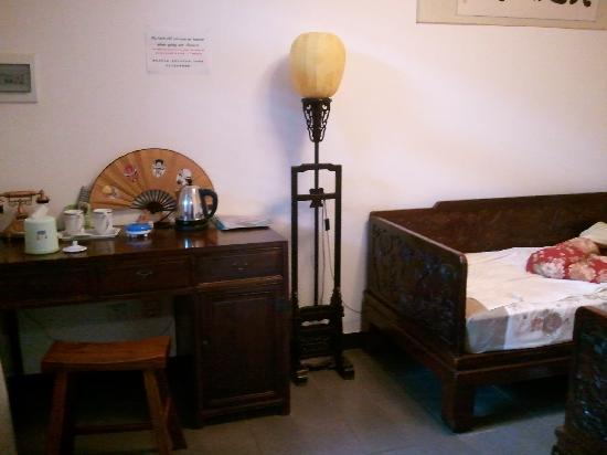 Templeside Deluxe Hutong House Hotel: twin bed