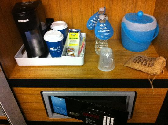 Aloft Leawood - Overland Park: Coffee/water/safe