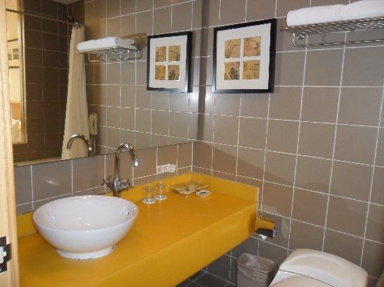 Traveler Inn Huaqiao Beijing: hotel room bathroom