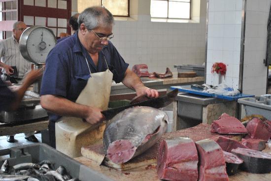 Workers' Market (Mercado dos Lavradores): decoupe du thon rouge