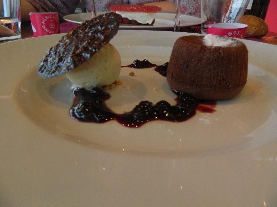 Auberge de Bardigues: Moelleux au chocolat, compotée de fruits rouges & crème glacée à la vanille