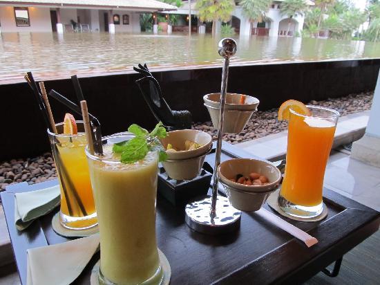 JW Marriott Phuket Resort & Spa: ロビー脇にあるバーの夕方の雰囲気はとてもいいです。