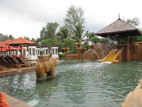JW Marriott Phuket Resort & Spa: 一日中子供はスライダーを楽しんでいました。