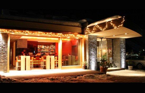 Hotel Lechtaler Hof: Eingang mit Alpen Lounge und Cocktail Bar