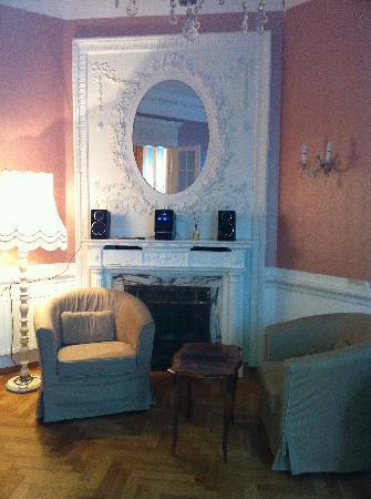 Hotel Pension Museum: Aufenthaltsraum mit Kamin