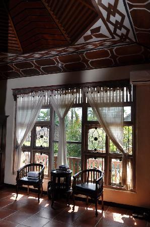 Okawati Hotel: Window with view of pool and garden