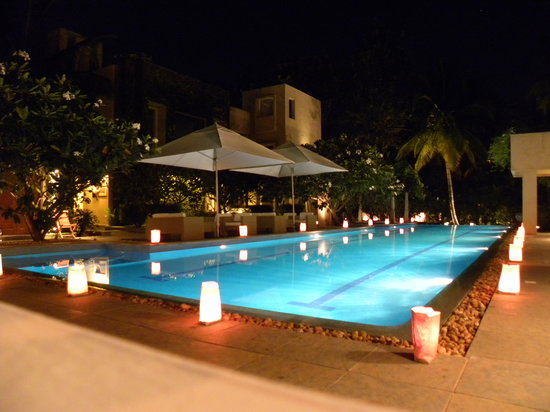 Shreyas Yoga Retreat: Swimming Pool in Night