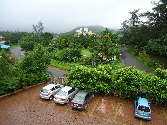 Resort Silver Hills: View from my room, Entrance to the Hotel and Parking...