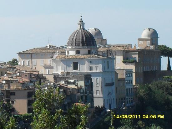 Hotel Castel Vecchio: La residenza Papale- vista dall ns camera.
