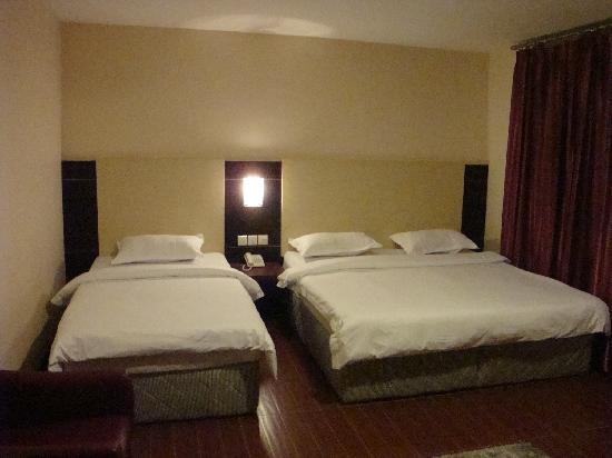 1 City Hotel: Family room with 1 Queen & 1 Single