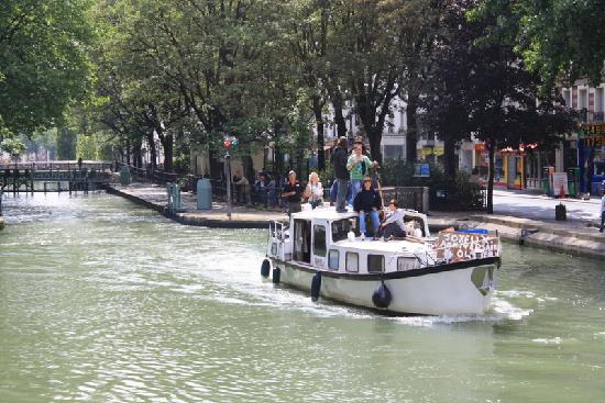 Canal Saint-Martin: Passing other craft using the canal