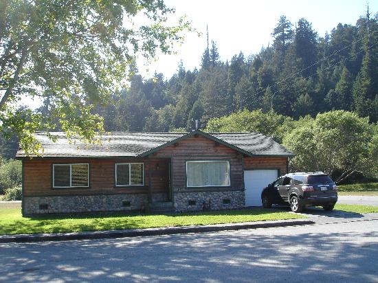 Elk Meadow Cabins: Exterior view of our cabin (Johnny Redwood cabin)