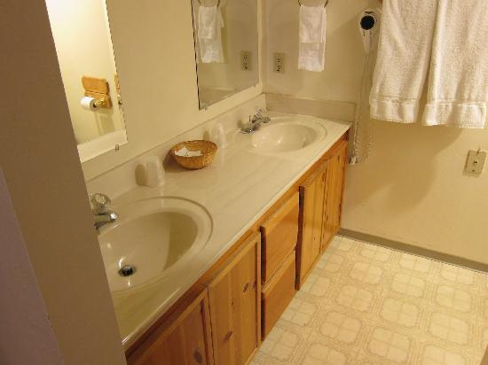 Kernville Inn: Bathroom in Rm 174