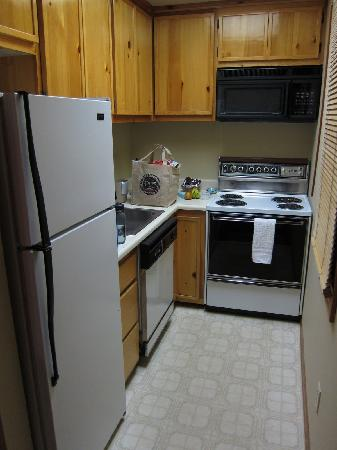 Kernville Inn: Kitchen in Rm 174-  stove, microwave, fridge, dishwasher, toaster, and come with dishes, etc