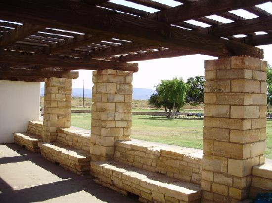 Balmorhea State Park: Limestone benches of the bathouse with view of mountains