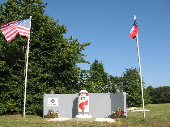 Auberge du Moulin : le monument de Patton et des soldats us