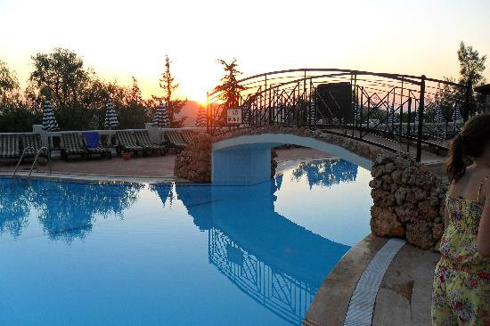 Royal Park Artemisia Club: Pool as sun going down