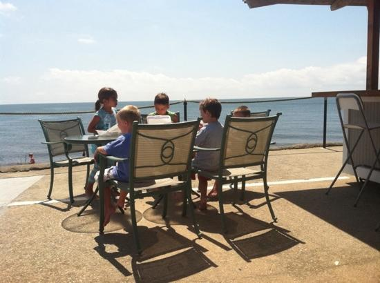 Three Seasons Motor Lodge: kids having lunch at Tiki Bar